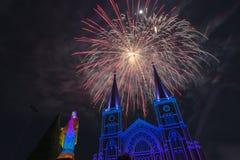 Celebrazione dei fuochi d'artificio con il Buon Natale Immagine Stock Libera da Diritti