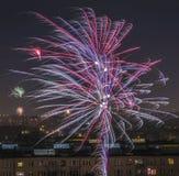 Celebrazione dei fuochi d'artificio del ` s del nuovo anno nella città Immagini Stock