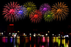 Celebrazione dei fuochi d'artificio ed i precedenti della luce notturna della città Fotografia Stock