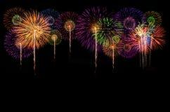 Celebrazione dei fuochi d'artificio ed i precedenti di mezzanotte del cielo Immagini Stock