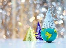 Celebrazione dei nuovi anni con un globo ed i cappelli del partito che rappresentano le celebrazioni mondiali immagini stock