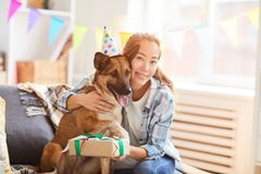 Celebrazione del compleanno del cane immagine stock