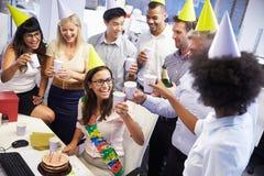 Celebrazione del compleanno di un collega nell'ufficio Fotografia Stock