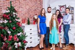 Celebrazione del nuovo anno con i migliori amici ed il concetto 'nucleo familiare' Immagini Stock Libere da Diritti