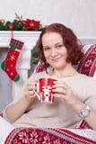 Celebrazione del nuovo anno o di Natale Giovane donna in un knitte bianco Immagine Stock