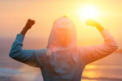 Celebrazione del successo di allenamento di forma fisica verso il sole Fotografia Stock