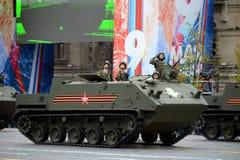 Celebrazione del 72th anniversario di Victory Day WWII Il ` disperso nell'aria multiuso Rakus dell'autoblindo leggero BTR-MDM fotografia stock
