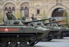 """Celebrazione del 72th anniversario di Victory Day WWII Il veicolo da combattimento del †di BMD-4M"""" del disperso nell'aria è un  fotografie stock"""