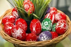 Celebrazione della festa con un uovo di Pasqua casalingo tradizionale b Immagini Stock