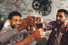 Celebrazione della riunione Diversi amici che bevono birra in Antivari fotografia stock libera da diritti