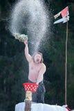 Celebrazione di Bakshevskaya Shrovetide Maslenitsa Uomo mezzo nudo sulla fortezza del ghiaccio con scopa di banya e bacino in pie Fotografia Stock Libera da Diritti