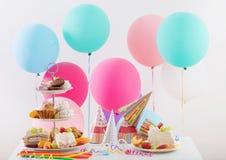 Celebrazione di compleanno con il dolce ed i palloni Immagini Stock Libere da Diritti