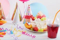 Celebrazione di compleanno con il dolce ed i palloni Fotografia Stock