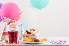 Celebrazione di compleanno con il dolce ed i palloni Immagini Stock
