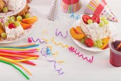 Celebrazione di compleanno con il dolce ed i palloni Immagine Stock