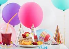 Celebrazione di compleanno con il dolce ed i palloni Fotografia Stock Libera da Diritti