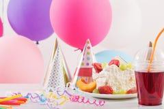 Celebrazione di compleanno con il dolce ed i palloni variopinti Fotografia Stock