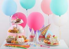 Celebrazione di compleanno con il dolce ed i palloni variopinti Fotografia Stock Libera da Diritti