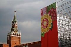 Celebrazione di festa dei lavoratori a Mosca Torre di orologio dei salvatori Fotografia Stock Libera da Diritti