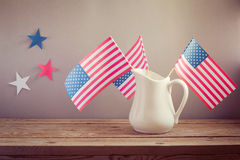 Celebrazione di festa dell'indipendenza di U.S.A. Bandiere di U.S.A. in brocca sulla tavola di legno Fotografia Stock