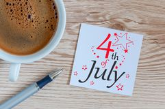 Celebrazione di festa dell'indipendenza 4 luglio Immagine del calendario del 4 luglio al fondo di legno dello scrittorio Albero n Fotografie Stock