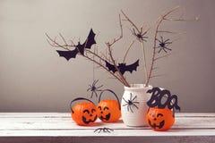 Celebrazione di festa di Halloween con i ragni ed i secchi della zucca Immagini Stock