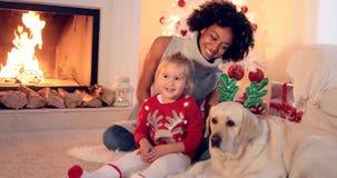 Celebrazione di Natale della famiglia accanto al camino Fotografia Stock