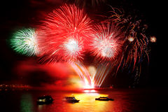 Celebrazione di nuovo anno, fuoco d'artificio sopra il mare Immagini Stock Libere da Diritti