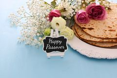 Celebrazione di Pesah & x28; Passover& ebreo x29; Libro tradizionale con testo nell'ebreo: Haggadah di pesach & x28; Pesach Tale& fotografia stock libera da diritti
