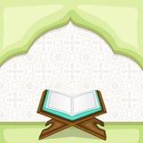 Celebrazione di Ramadan Kareem con il Corano islamico Shareef del libro sacro Fotografia Stock Libera da Diritti