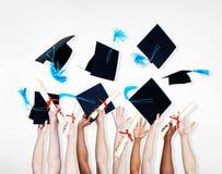 Celebrazione di un gruppo di studenti di laurea Fotografia Stock