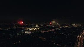 Celebrazione di Victory Day con i fuochi d'artificio nella notte Mosca stock footage
