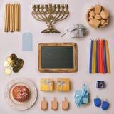 Celebrazione ebrea di Chanukah di festa Insieme degli oggetti organizzati su fondo bianco Derisione sul concetto del modello Vist Fotografie Stock Libere da Diritti