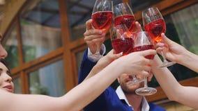 celebrazione La gente che tiene i vetri di champagne che producono un pane tostato archivi video