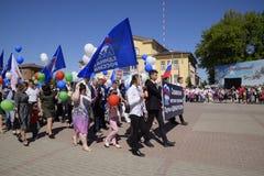 Celebrazione primo maggio, il giorno della molla e del lavoro Parata di festa dei lavoratori sul quadrato del teatro nella città  Immagini Stock
