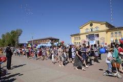 Celebrazione primo maggio, il giorno della molla e del lavoro Parata di festa dei lavoratori sul quadrato del teatro nella città  Fotografia Stock Libera da Diritti