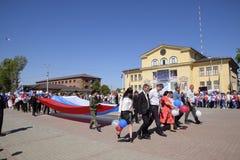 Celebrazione primo maggio, il giorno della molla e del lavoro Parata di festa dei lavoratori sul quadrato del teatro nella città  Immagine Stock