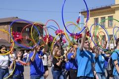 Celebrazione primo maggio, il giorno della molla e del lavoro Parata di festa dei lavoratori sul quadrato del teatro nella città  Immagini Stock Libere da Diritti