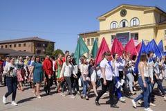 Celebrazione primo maggio, il giorno della molla e del lavoro Parata di festa dei lavoratori sul quadrato del teatro nella città  Fotografie Stock