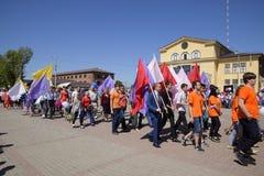 Celebrazione primo maggio, il giorno della molla e del lavoro Parata di festa dei lavoratori sul quadrato del teatro nella città  Fotografie Stock Libere da Diritti