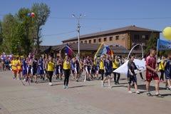 Celebrazione primo maggio, il giorno della molla e del lavoro Parata di festa dei lavoratori sul quadrato del teatro nella città  Fotografia Stock