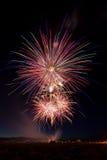 Celebrazione variopinta dei fuochi d'artificio del 4 luglio a penombra Immagini Stock