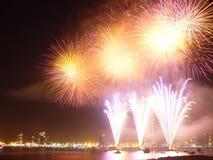 Celebrazioni del nuovo anno con il fuoco d'artificio variopinto Fotografie Stock