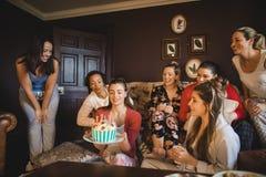 Celebrazioni di compleanno con gli amici fotografia stock libera da diritti