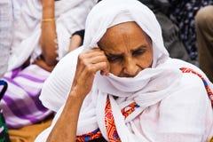 Celebrazioni duting di preghiera di Pasqua della donna etiopica Immagini Stock Libere da Diritti