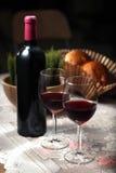 Celebre con el vino rojo fotografía de archivo
