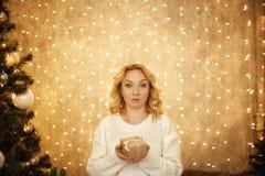 Celebre el año 2018 Mano de la mujer que sostiene la caja de regalo de oro para el fondo 2018 de la Navidad y de la Feliz Año Nue Fotografía de archivo libre de regalías
