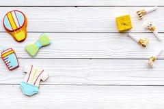 Celebre el cumpleaños de un pequeño bebé Galletas en la forma de los accesorios para la caja del niño y de regalo en el fondo de  Fotos de archivo libres de regalías