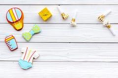 Celebre el cumpleaños de un pequeño bebé Galletas en la forma de los accesorios para la caja del niño y de regalo en el fondo de  Imágenes de archivo libres de regalías