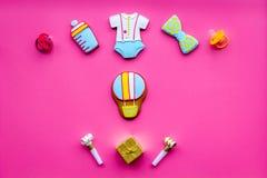 Celebre el cumpleaños de un pequeño bebé Galletas en la forma de los accesorios para la caja del niño y de regalo en la opinión s Fotos de archivo